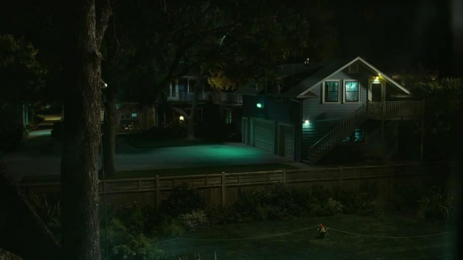 凯尔一直在观察隔壁的女孩在泳池中游泳,然后他又开始偷窥街对面的一
