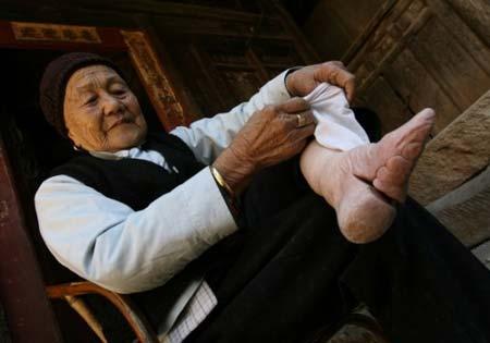 进来看看原来裹小脚的女人 传说中的三寸金莲