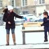 寒冬季节,一个男孩独自坐街边上,你会去关心吗?